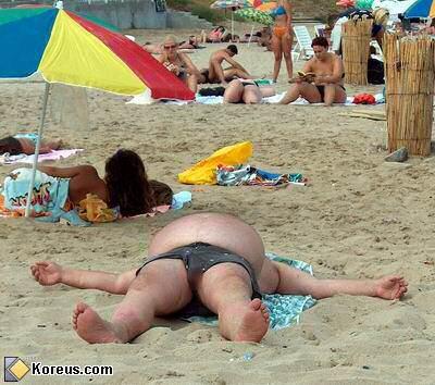 image gros bide ventre homme sur la plage sable
