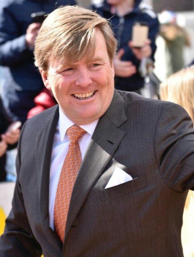 Outfit Willem-Alexander: koning Willem-Alexander draagt een grijs/bruin (?) pak en een nieuwe das in de toepasselijke kleur oranje.
