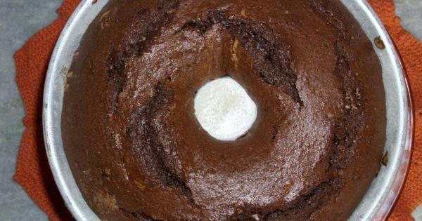 Massa:  - 200 g de margarina  - 1 xícara de açúcar  - 4 gemas  - 2 xícaras de farinha de trigo  - 1/2 xícara de chocolate em pó  - 1/2 xícara de leite  - 1 colher de fermento em pó  - 2 claras batidas em neve  - Recheio:  - 2 claras batidas em neve  - 2 colheres de açucar  - 2 colheres de farinha de trigo  - 1 lata de creme de leite  - 1 pacote de coco ralado  - 3 gotas de essência de baunilha  - 2 gotas de essência de rum  -