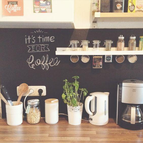Uma idéia que sempre dá certo para decorar é a tinta lousa nas paredes. O ambiente fica original, despojado e você pode abusar da criatividade fazendo sua própria arte, deixar como mural de recados…