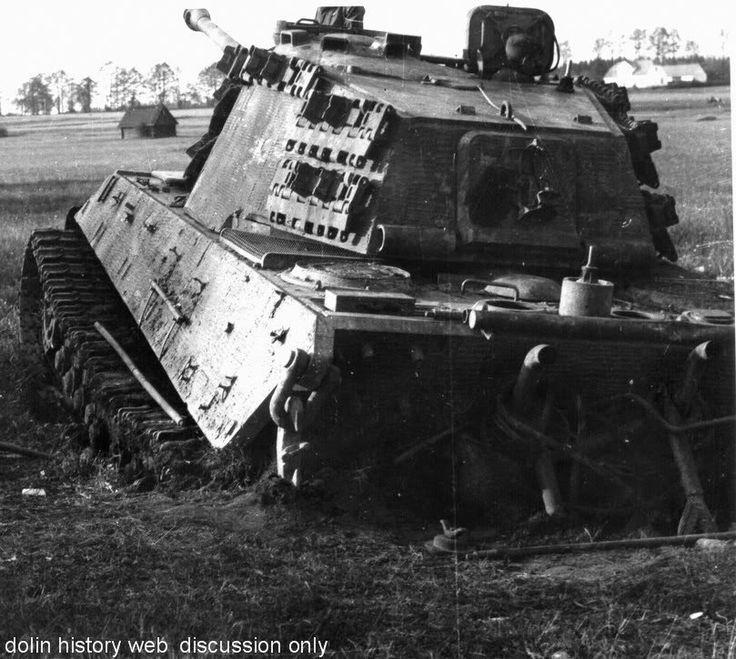 https://flic.kr/p/dGsxu8 | Befehlspanzerkampfwagen VI Tiger II Ausf. B (Sd.Kfz. 267/268) | Ce Tiger II appartiendrait au schwere Panzer-Abteilung « Feldherrnhalle » (ex-503. schwere Panzer-Abteilung). Il semble s'être embourbé dans un trou d'obus, probablement lors des combats retardateurs d'avril 1945. Nous sommes près de la ville de Trebon en Bohême (Slovaquie).
