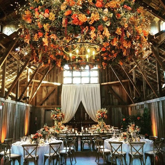 Still in search for an indoor wedding decor? Make sure not to miss this one remarkable inspo that might sweep you of your feet! Perfect for a rustic or fall wedding, we adore the hanging floral in vibrant palette that instantly adds a playful and festive end note to the venue.  One great pick for couples who want an intimate and heartwarming reception at the same time! Who's a fan? Double tap and share the inspiration right away!  Wedding Planner @allisonweddings / Flower @bloomsters / Venue…