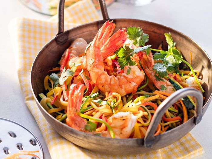 Découvrez la recette Wok de crevettes aux légumes sur cuisineactuelle.fr.