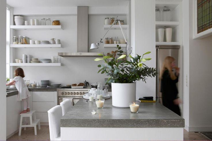 keuken wit - planken keuken - keukenplanken - blad betonlook - lichte keuken