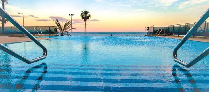 <p>Dit hotel is geknipt voor koppels! Alleen 16-plussers worden hier verwelkomd, zodat je optimaal kan genieten van de rust. De locatie vlak bij de promenade en het strand is helemaal top. En ook het zeezicht in je kamer is een bijzonder aangenaam extraatje!</p>