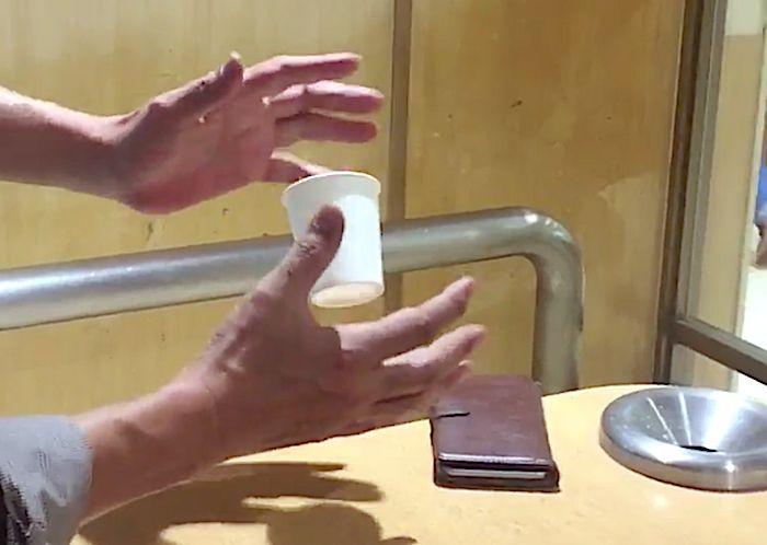 Мужчина невероятным образом заставляет парить пластиковый стаканчик и сигарету. Магнитная левитация или настоящее волшебство?