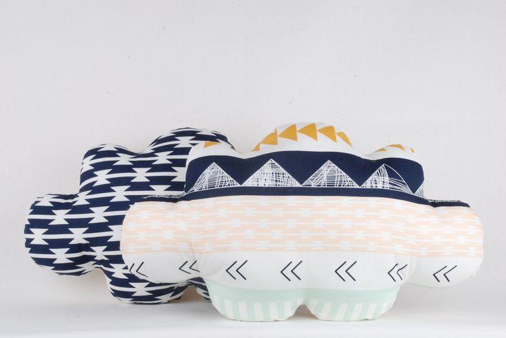 Mon coussin nuage, blanc/vert mint/bleu marine/moutarde, à formes géométriques originales !