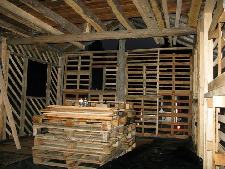 Casa de barro estructura de las paredes hecha con pallets - Estructuras con palets ...