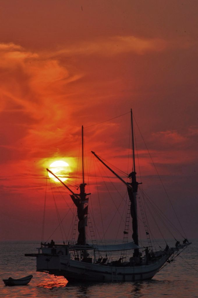 Perahu Pinisi berlabu di Pantai Losari saat Sunset, Makassar, Sulawesi Selatan, Indonesia