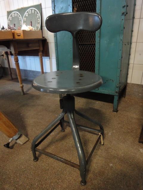 Chaise Nicolle kruk / stoel - Industriële kruk uit Frankrijk / in hoogte verstelbaar.  Kleur grijs.  Diameter zitting 38cm.