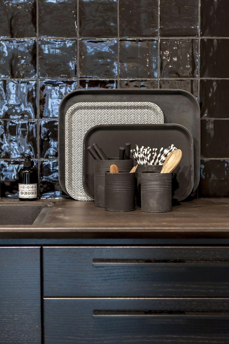 Metro eik svartbeis er en glatt skapdør med liggende finer | Drømmekjøkkenet