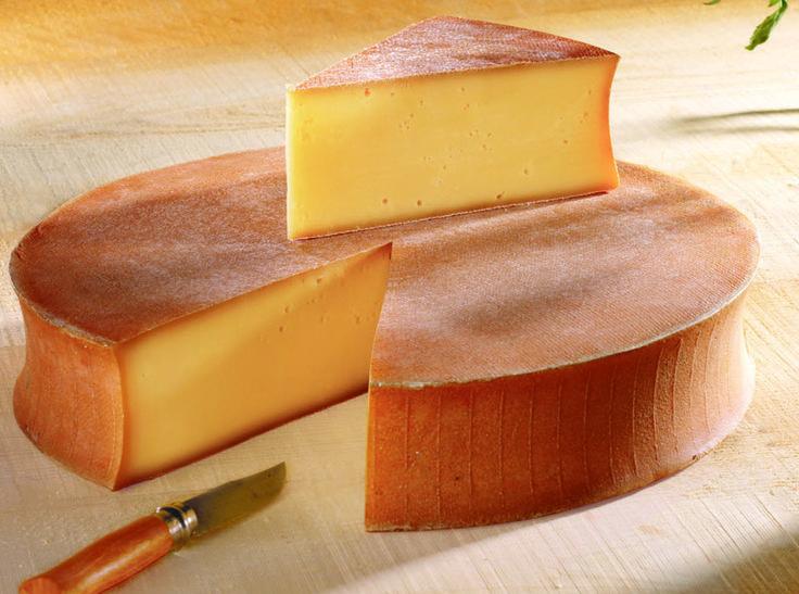 Abondance - Le fromage Abondance a obtenu l'appellation d'origine contrôlée (AOC) en 1990 . Il se reconnaît à sa croûte ambrée et à son talon concave. 100 litres de lait sont nécessaires à la fabrication d'une meule dont le poids est compris entre 7 et 12 kg. Les papilles sont séduites par la finesse de ses saveurs fruitées et son goût caractéristique de noisette.