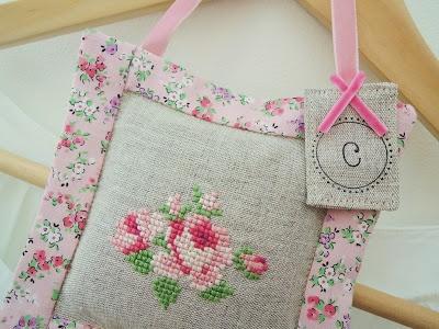 cross stitch lavender sachet pincushion gift tag / Kreuzstich Lavendel Säckchen Beutel Duft Nadelkissen