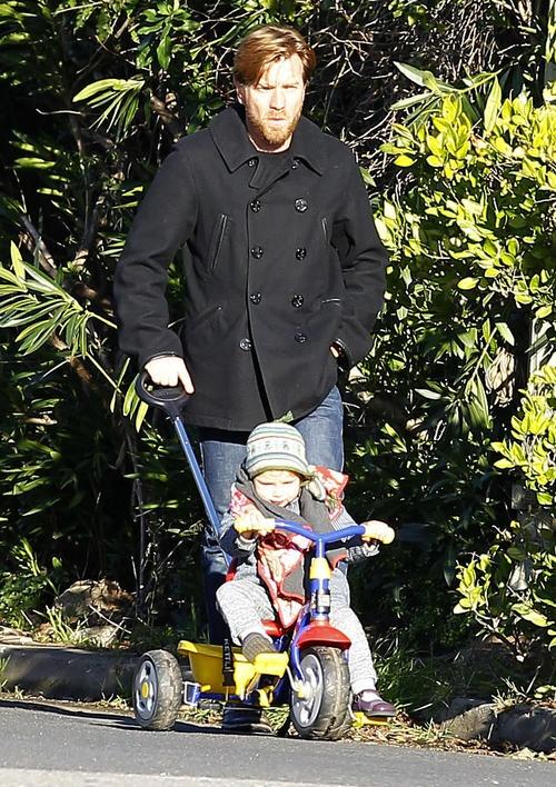 Ewan McGregor = hot. Ewan McGregor being a good dad = swoon.