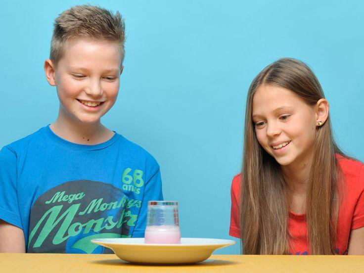 Was geht denn da ab? Eine unsichtbare Kraft drückt das Wasser aus dem Glas. Nein, nicht die Schwerkraft – die blubbert nicht. Aber was dann? Probieren Sie unser Experiment mit Ihrem Kind aus!