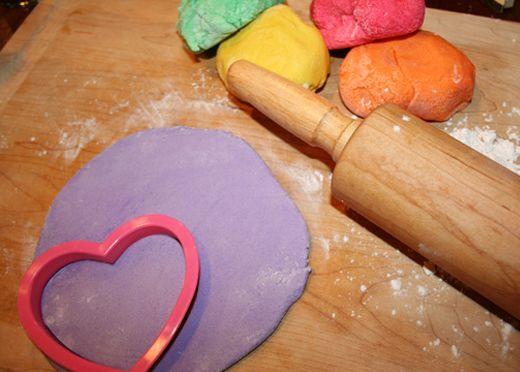 Zoutdeeg (snoep) hartjes maken. Met een leuke opdruk. Leuk idee voor valentijn, vaderdag, moederdag, in de kerstboom enz enz enz.