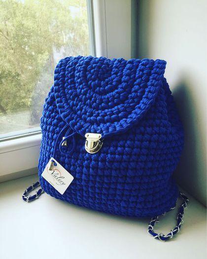 Купить или заказать Вязанный рюкзак в интернет-магазине на Ярмарке Мастеров. Вязанный рюкзак ярко синего цвета, на портфельном замке.