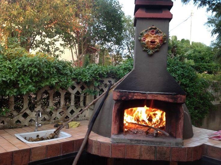 Pizza in forno a legna con maschera apotropaica