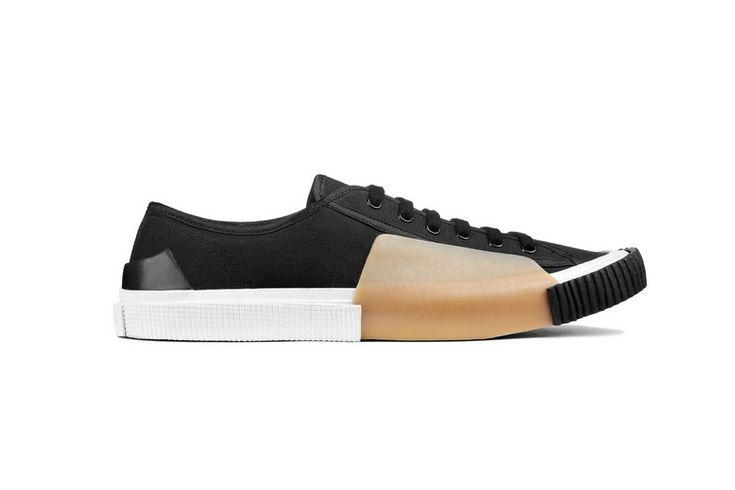 自從Common Projects創作出外形極簡的運動鞋款之後,一眾時尚品牌都爭相推出款式簡潔俐落的設計,其中來自瑞典的Acne Studi...