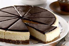 Yulaflı olan bisküvileri rondo yardımı ile toz hale getirin. Bir tava içerisine gerekli kadar olan tereyağını alın ve eritmeye başlayın.
