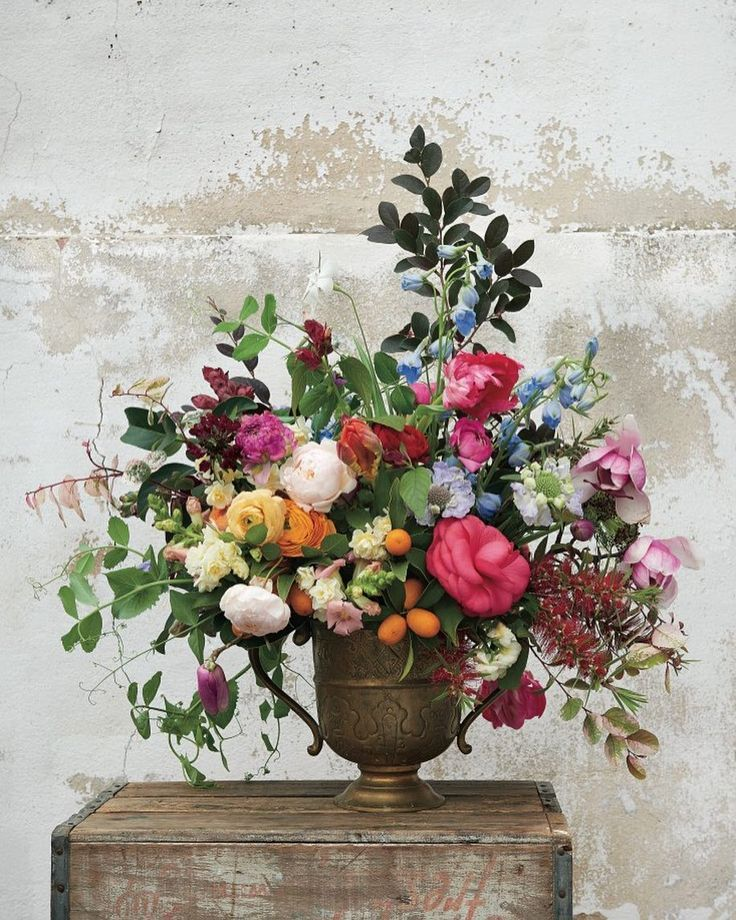We love this overflowing vessel of bright blooms designed by @pistil_and_stamen photographed by @alisongootee by cottagehillmag
