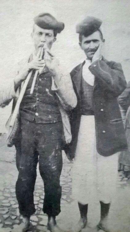 Un suonatore di launeddas accompagna il cantore nel 1900