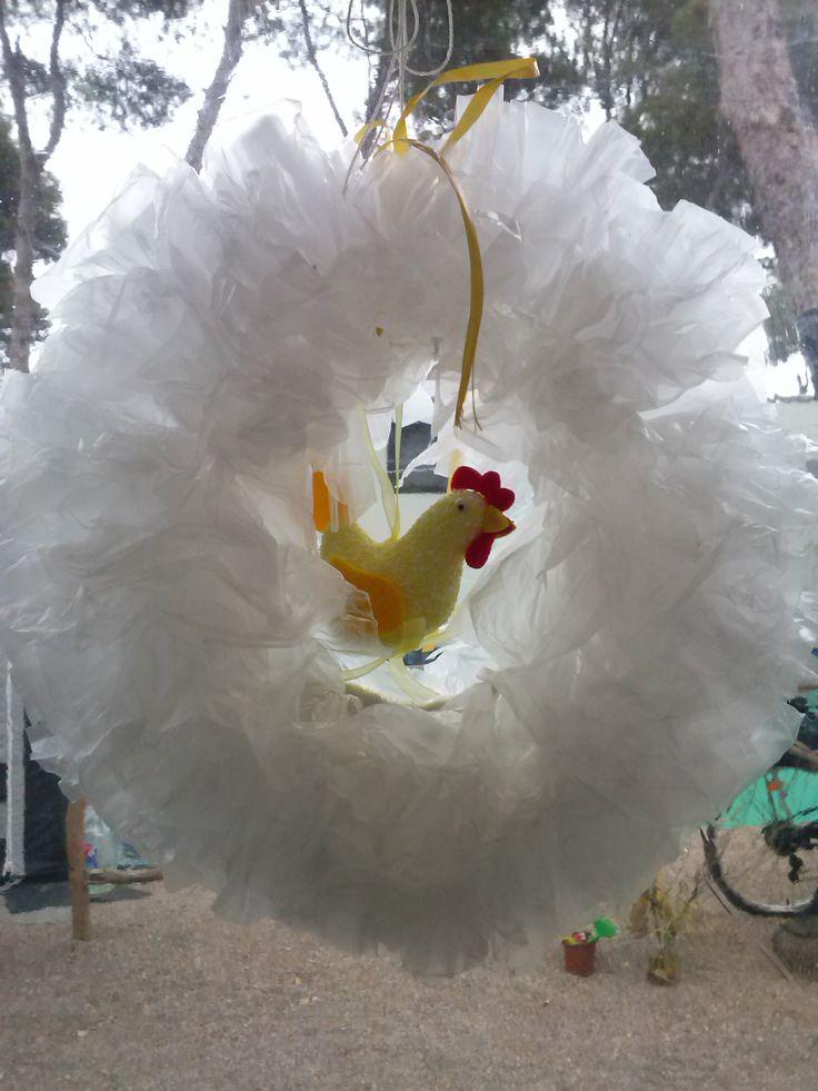 paaskrans, krans van plastic zakjes, als je er iets anders inhangt is hij het hele jaar door leuk crea van Marjo viva la vida