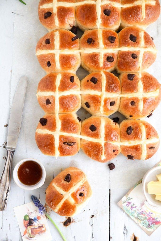 Rezept für Hot Cross Buns mit Schokoladenstücken und Aprikosenglasur – ein britisches Schokobrötchen Ostergebäck