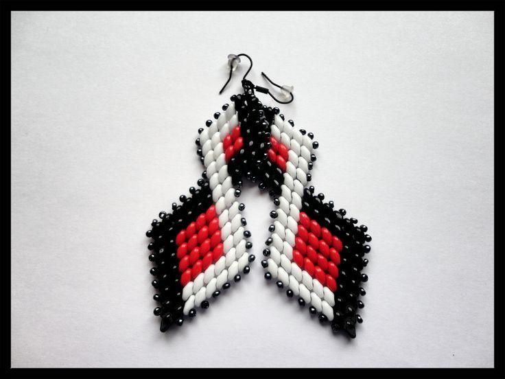"""Nápadité náušnice jménem """"Kárky"""" Ručně vyrobené šité náušnice v barvách černá, červená a bílá jsou vyrobeny ze skleněných korálů Superduo. Jsou nápadité, elegantní i extravagantní, lehké a příjemně se nosí. Jejich délka včetně háčku je 9,4cm a jedna náušnice váží 7,7g."""