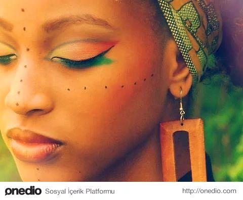 Afrika: Sürme ve Kına'nın Anavatanı - Sürme ve kınanın kökenlerinin Kuzey Afrika'ya dayandığı biliniyor. Afrika'da kırışıklıklarla savaşmak için Günlük Çiçeği'nin ve Moringa isimli bir çeşit akasyanın sütlerinin kullanılırmış. Yara ve yanık izlerini iyileştirmek için keçiboynuzu, bal ve çınar yaprağı, ağız kokusunu engellemek için meyan kökü, saçtaki beyazları kapatmak içinse balmumu ve reçine kullandıkları biliniyor.  Güzelleşmek için makyajın yanı sıra, savaşmak, özel törenlere hazırlanmak…