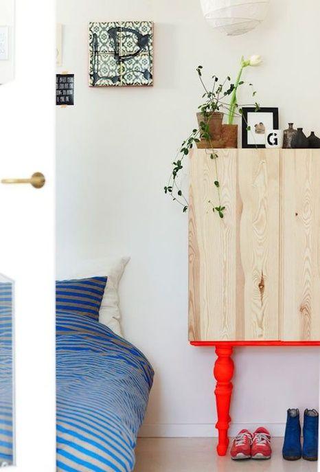 Un meuble Ikea pimpé avec des pieds rouges