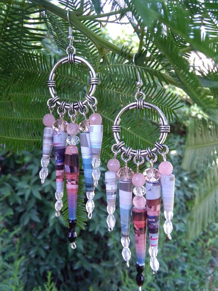 orecchini chandelier fatti a mano con perle di carta riciclata, perle di cristallo, perle naturali, colore rosa e grigio di VilmasCreativeArt su Etsy