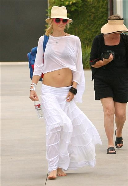 Obsessed with Gwen Stefani's laid-back beach style. See more celebs on Wonderwall: http://on-msn.com/NypUo0