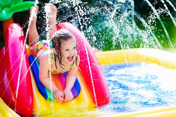 TOP TIPS FOR THROWING YOUR BABY'S BIRTHDAY PARTY - Kamo - Children playing in inflatable baby pool.
