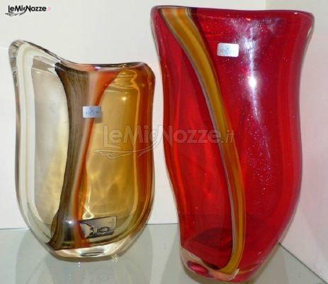 http://www.lemienozze.it/operatori-matrimonio/bomboniere/bomboniere-bari/media/foto/6 Vaso giallo e rosso con decori da regalare agli invitati come bomboniera di nozze.