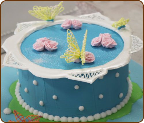 Module 3 - Royal Icing & Piping Techniques (spuittechnieken). Hier komen a.o. aan bod: Basis technieken, coating, je leert hoe je buttercream icing, royal icing, color flow & runout icing maakt en wanneer je welke soort gebruikt. We maken een run out patroon, borders & collars, extensions & bridges, brush & embroidery, lace designs. Informatie over verpakking en transport.