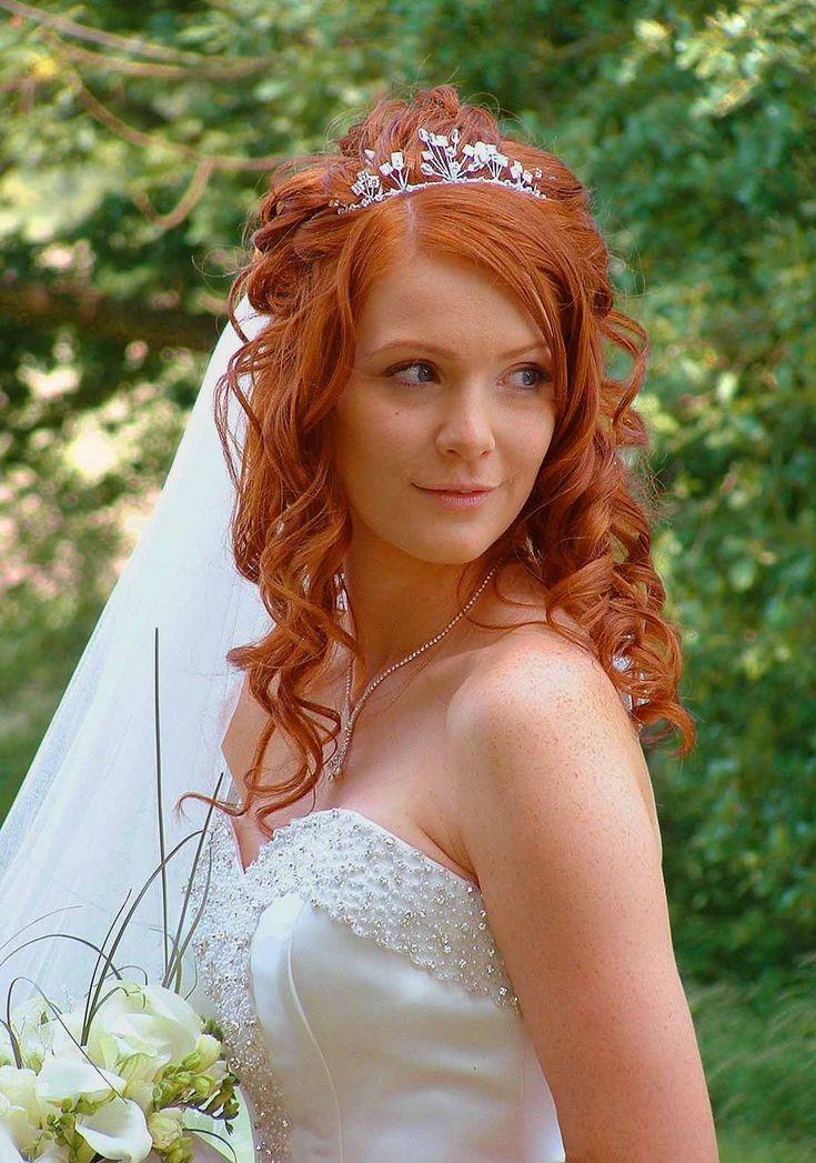 Awesome haircut. Bride in wedding dress. Beautiful woman with red curly hair. - Wunderschöne Frisur. - Braut im Brautkleid mit rotem, lockigem Haar.