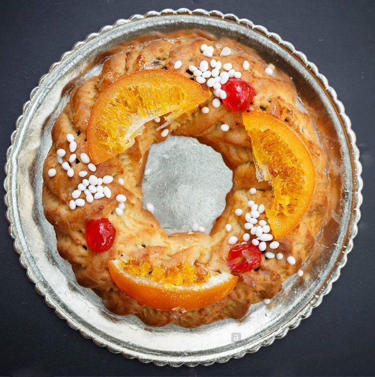 Buccellato ou cucciddatu é um doce tradicional da Sicília, difundido em toda a ilha e consumido no Natal.  É um doce com uma massa com crosta fina, em forma de toro. É decorado de várias maneiras e recheado com figos secos, passas, amêndoa, casca de laranja e outros ingredientes, que variam conforme o local onde for preparado.  O recheio de amêndoas é uma massa de amêndoas peladas, açúcar e chocolate. O recheio de figos, mais tradicional, é uma massa constituída por figos secos, fruta…