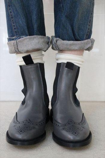 白靴下とサイドゴアブーツは相性が抜群です。 きちんと感が出るので少し足首からのぞかせてみましょう。 真っ白以外の生成りの靴下も似合いますよ。