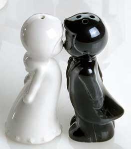 Salero y pimentero con las figuras de dos novios dándose un beso.