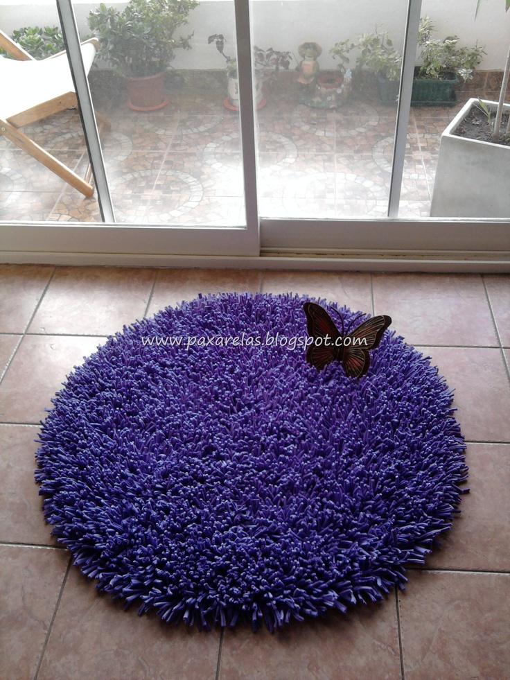 """Alfombra """"Circular Violeta Lisa""""  Confeccionada con flecos de totora.  Medidas: 100 cm de diámetro."""