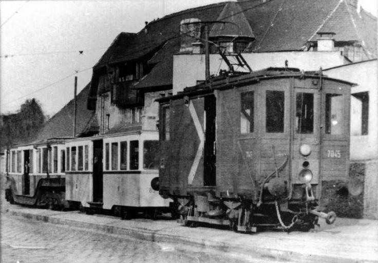 1965-1970, Állatkerti út, 14. kerület, Egy muki vontatja az újabb és a régi földalatti kocsiját