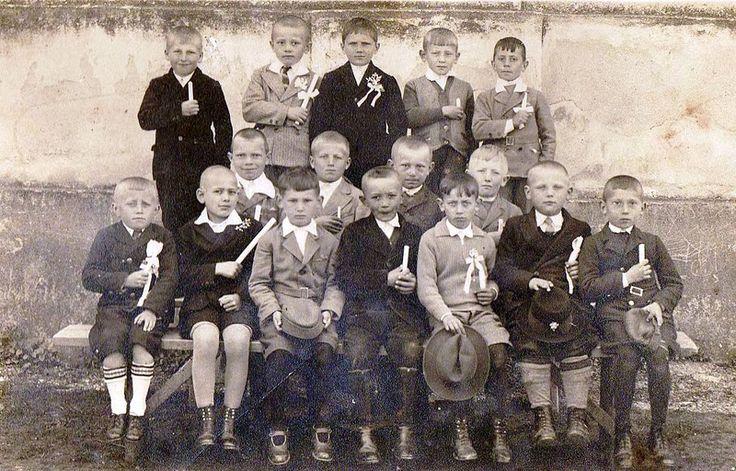 Felnémeti elsőáldozók a templom mellett 1935.