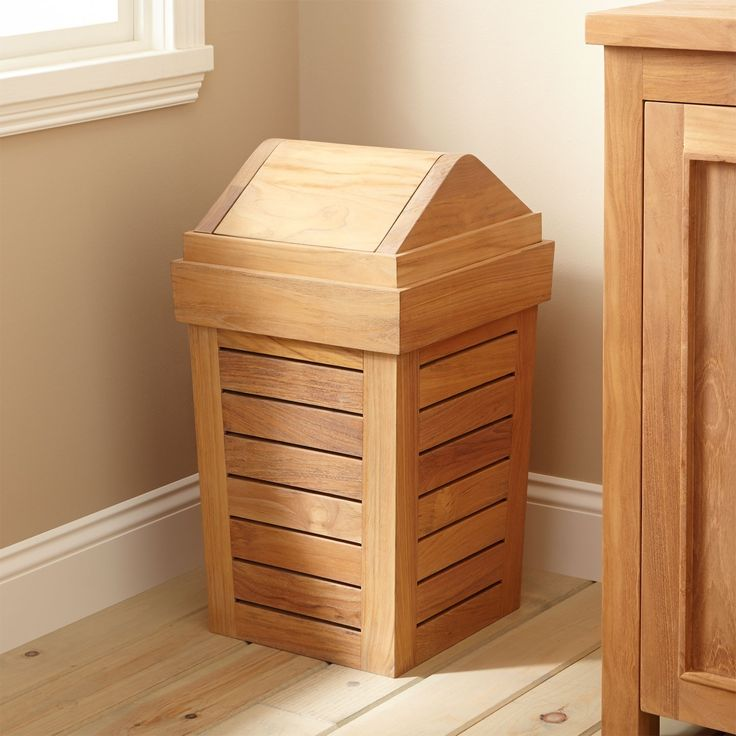 Tambahkan sentuhan sederhana untuk kamar mandi Anda dengan Teak Waste Bin milik W-Home. Tutupnya memiliki fitur penutupan magnetik, yang membuat limbah tersembunyi dari pandangan.