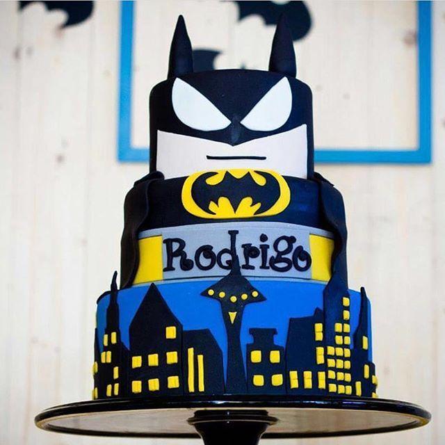 Bolo lindo para o tema Batman by @p.pastis com decoração @bluedecor.oficial  com prato @caramelo_recife ! #loucaporfestas #batman #bolo #bolobatman #cake #bolo #cakelpf #bololpf #batmancake #Recife