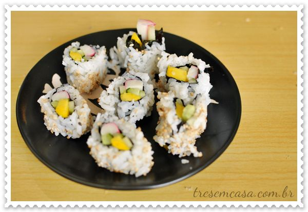 sushi califórnia - Recheio: Manga em tiras; Kani kama cortado no meio no sentido do comprido; Pepino japonês cortado em tiras (só usar pepino japonês);
