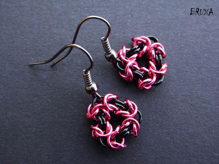 Kolczyki chainmaille różowo czarne, kolczyki krótkie, kolczyki trójkąty, małe kolczyki chainmaille