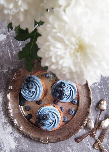 Viime viikolla loimme tubaajien kauneusiltaan herkullisia mustikka kuppikakkuja, mitkä saivat inspiraationsa Lushin Catastrophe Cosmetic-kasvonaamiosta. Muffinit ovat ihanan pehmeitä ja kuorrute kruunasi nämä herkut! Kuppikakut säilyy jääkaapissa hyvänä muutaman päivän! 🙂 Mustikkamuffinit ohje 12kpl; 140g voita...