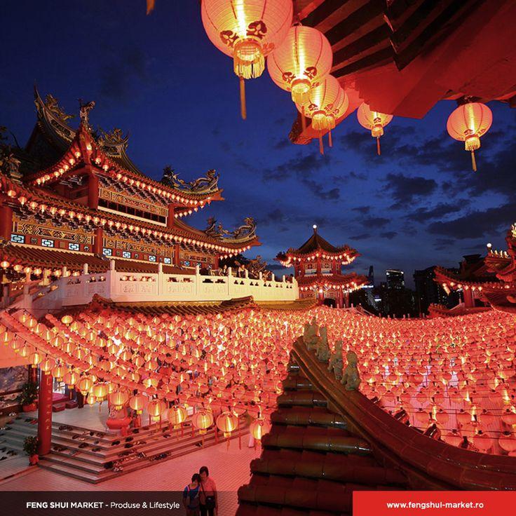 Sărbătoarea Noului An Chinezesc a început! De la artificii, la dansul tradițional al leilor și parade, chinezii sărbătoresc într-un mod aparte. Membrilor în vârstă ai familiei li se aduc omagii, în vreme ce copii familiei primesc cadouri și bani în plicuri roșii pentru noroc. De regulă, chinezii nu folosesc argazul și nici cuțitele în această zi, mâncarea fiind preparată în ziua de ajun. De asemenea, budiștii nu consumă carne astăzi.
