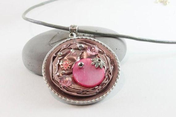 Pendentif nespresso rose et argenté sur collier gris